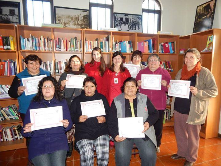 Las señoras que se regalaron un valioso tiempo para aprender a prevenir el cáncer de mamas, junto a las internas de Obstetricia de la Universidad de Mayor