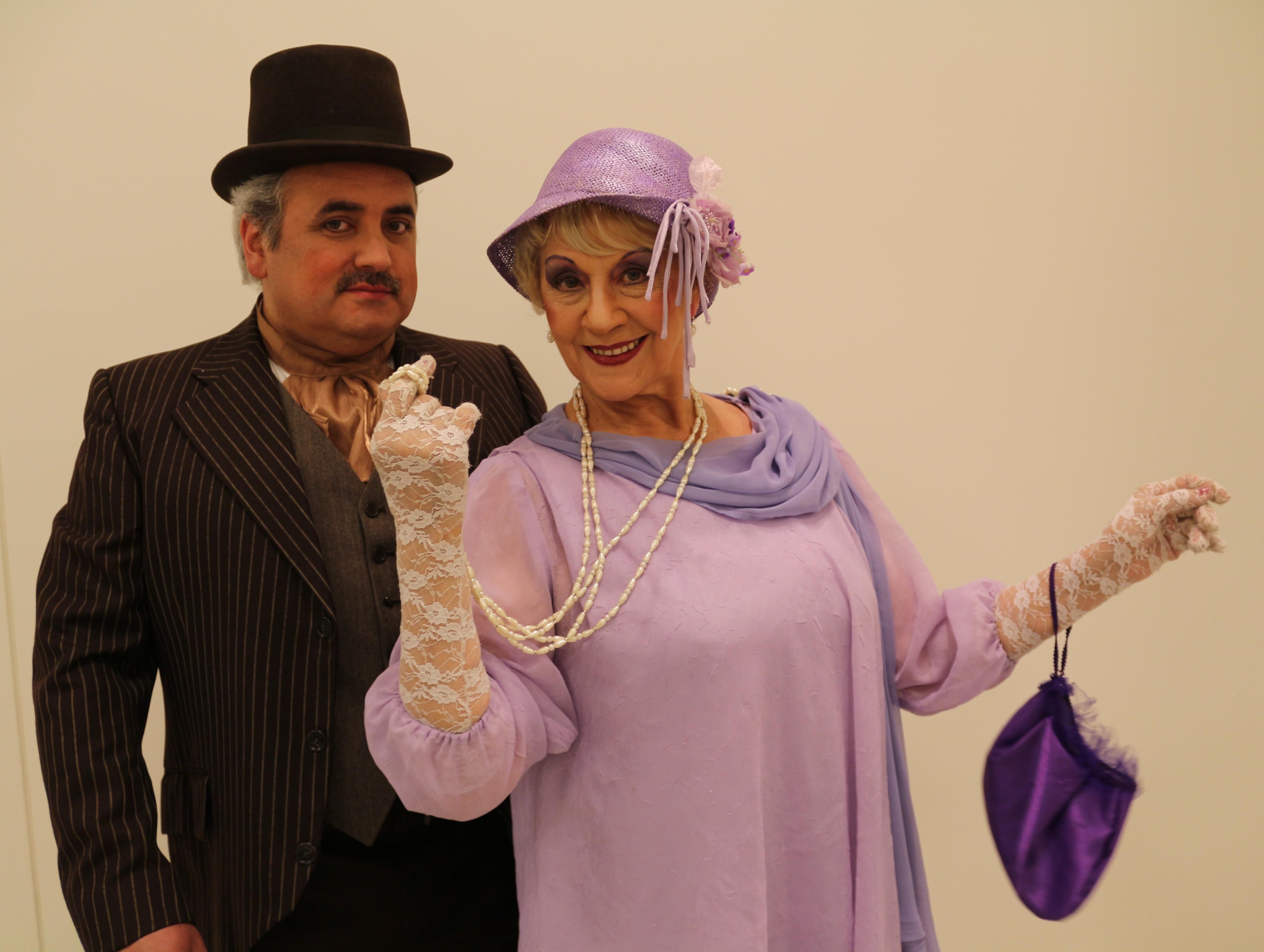Evaristo Acevedo encarnando al alcalde Alcibiades y Silvia Santelices como Laura Larraín.