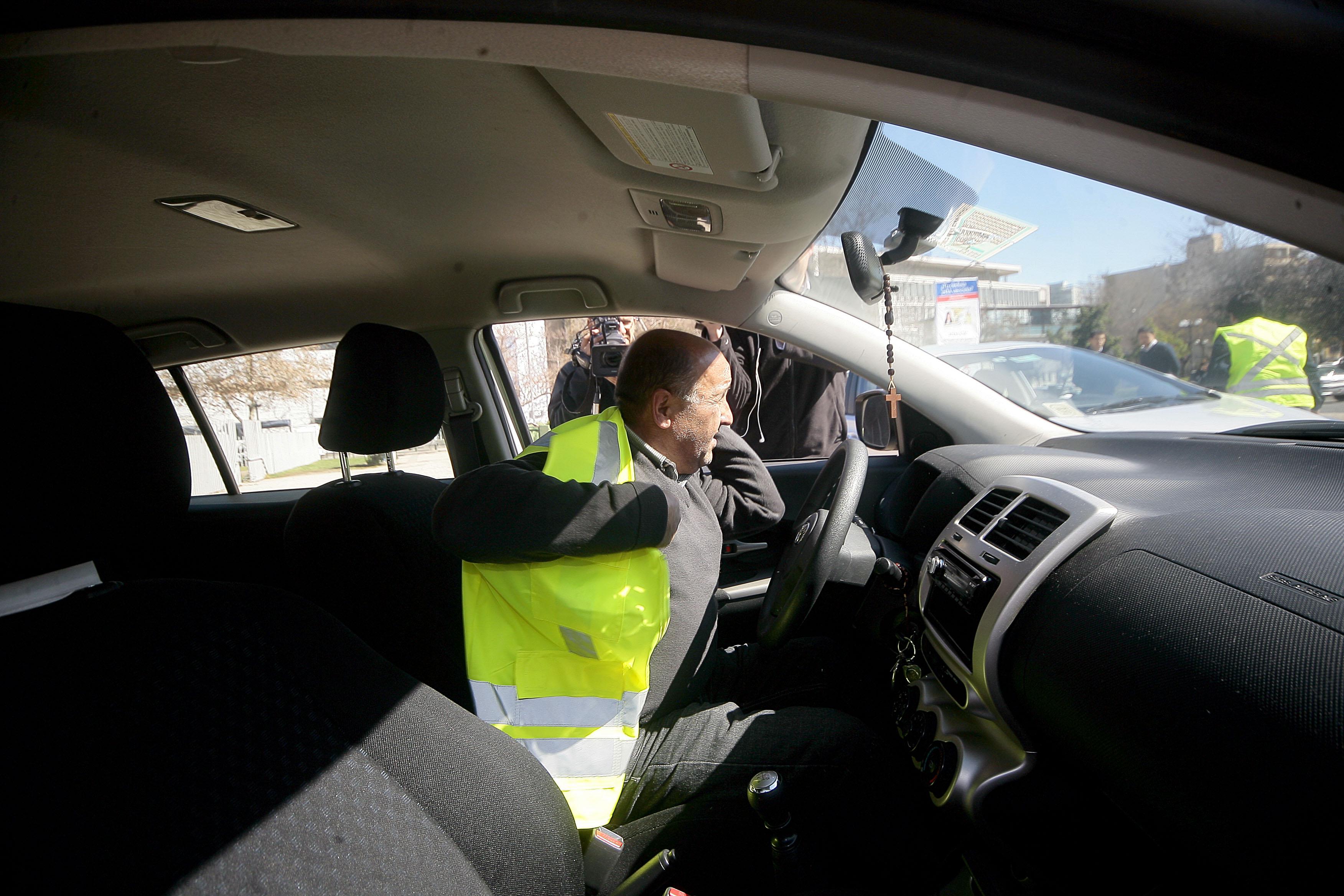 30 de Agosto de 2014/SANTIAGO_. Un conductor demuestra  el uso del chaleco reflectante como parte del kit de seguridad básico de los vehículos el cual sera obligatorio como parte de un nuevo decreto de seguridad.  FOTO: PEDRO CERDA/AGENCIAUNO
