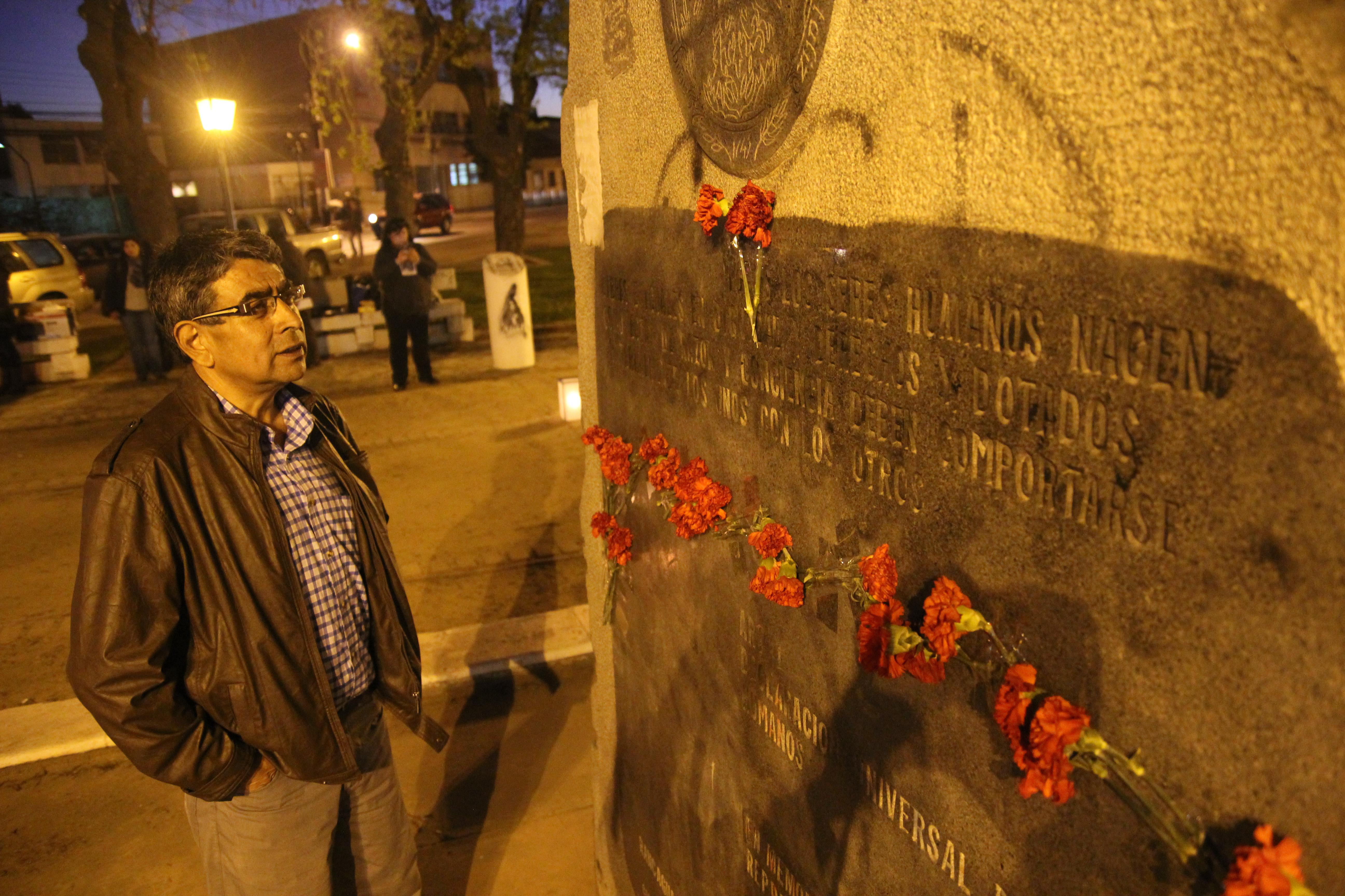 También colocaron claveles en memoria de las víctimas de la dictadura.