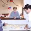 Preparando empanadas para celebrar las Fiestas Patrias.