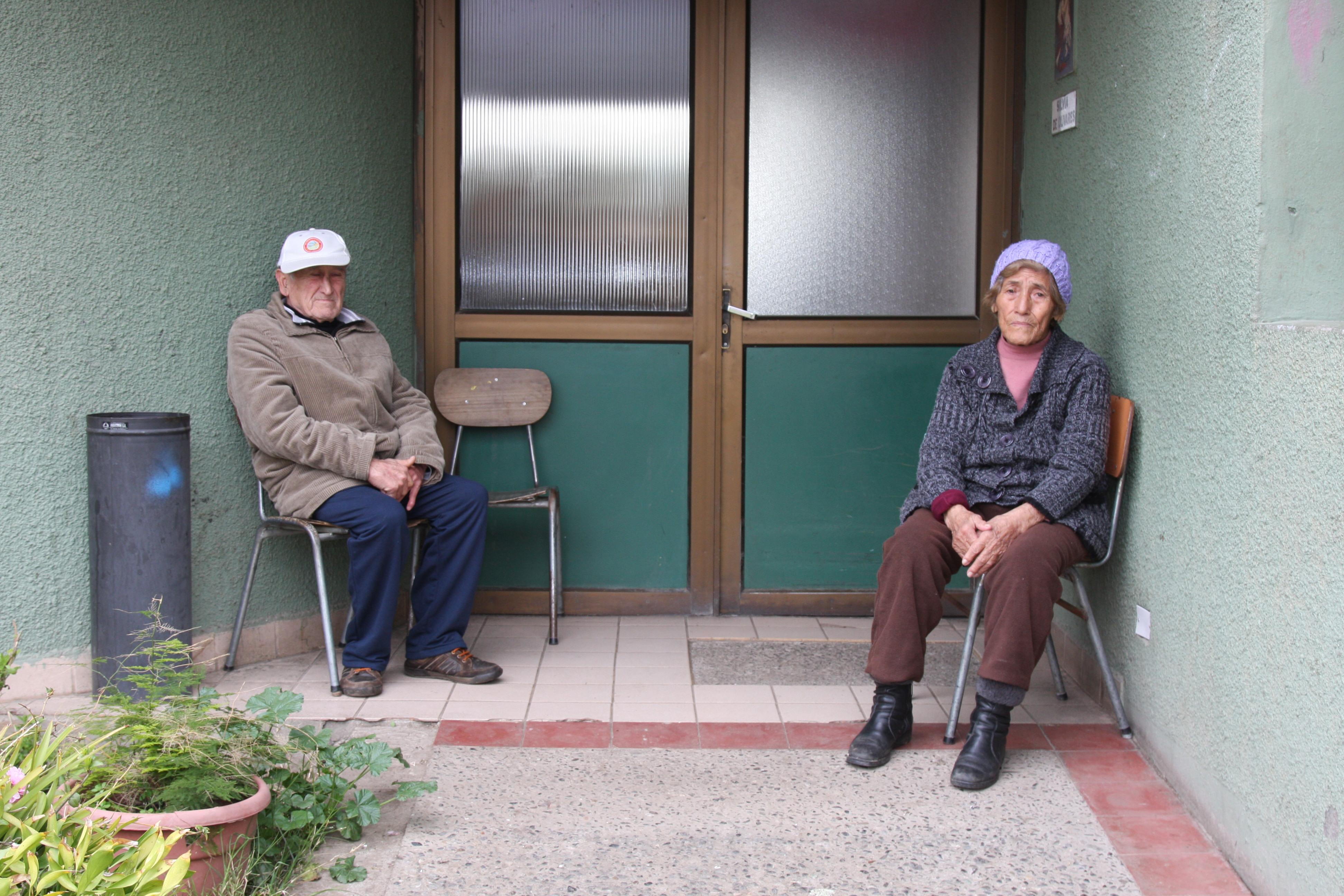 El Carlos Altamirano rancagüino y otra de las personas que viven en el hogar.