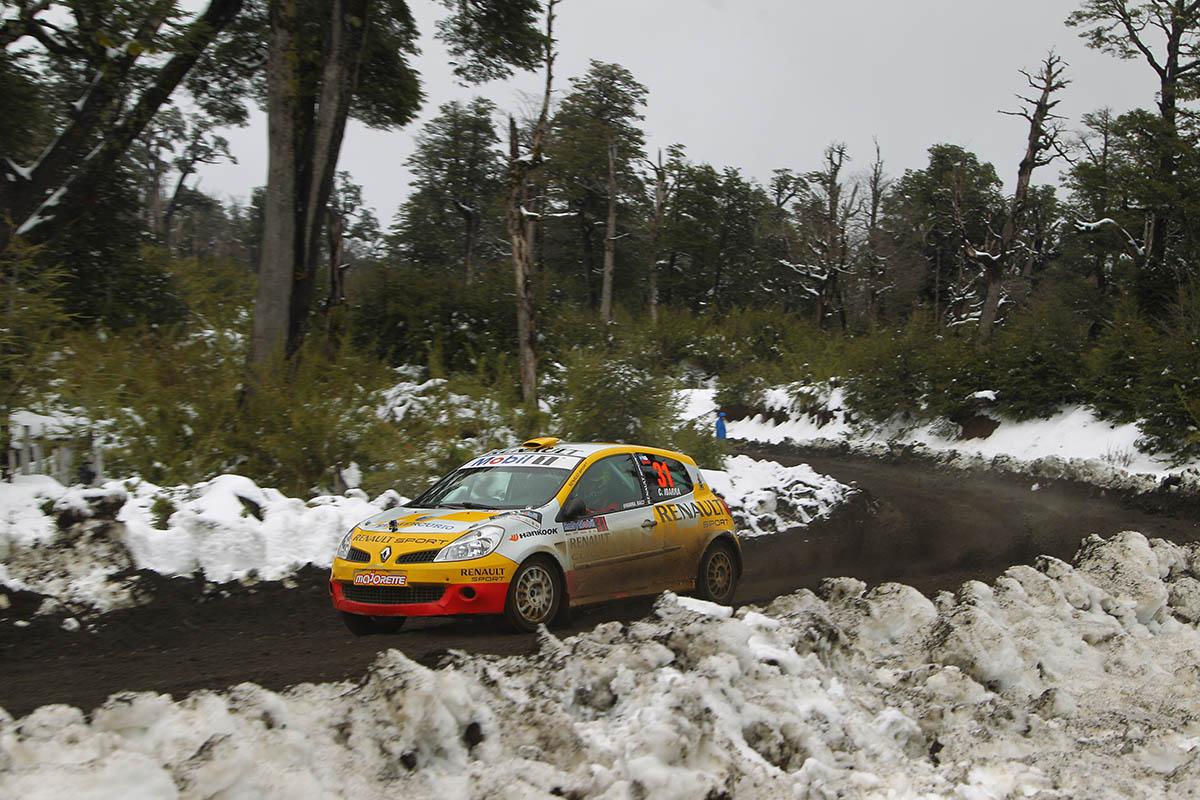 En las faldas del volcán Villarrica y con abundante nieve se corrieron 2 de las pruebas especiales de la 1ra etapa de la 5ta fecha del Rally Mobil de Pucón. Esta mañana largaron 48 binomios inscritos para las categorías R3, R3B, R2, N4 y N3. Pucón, Chile 12/09/2015 Foto: Max Montecinos/Rally Mobil