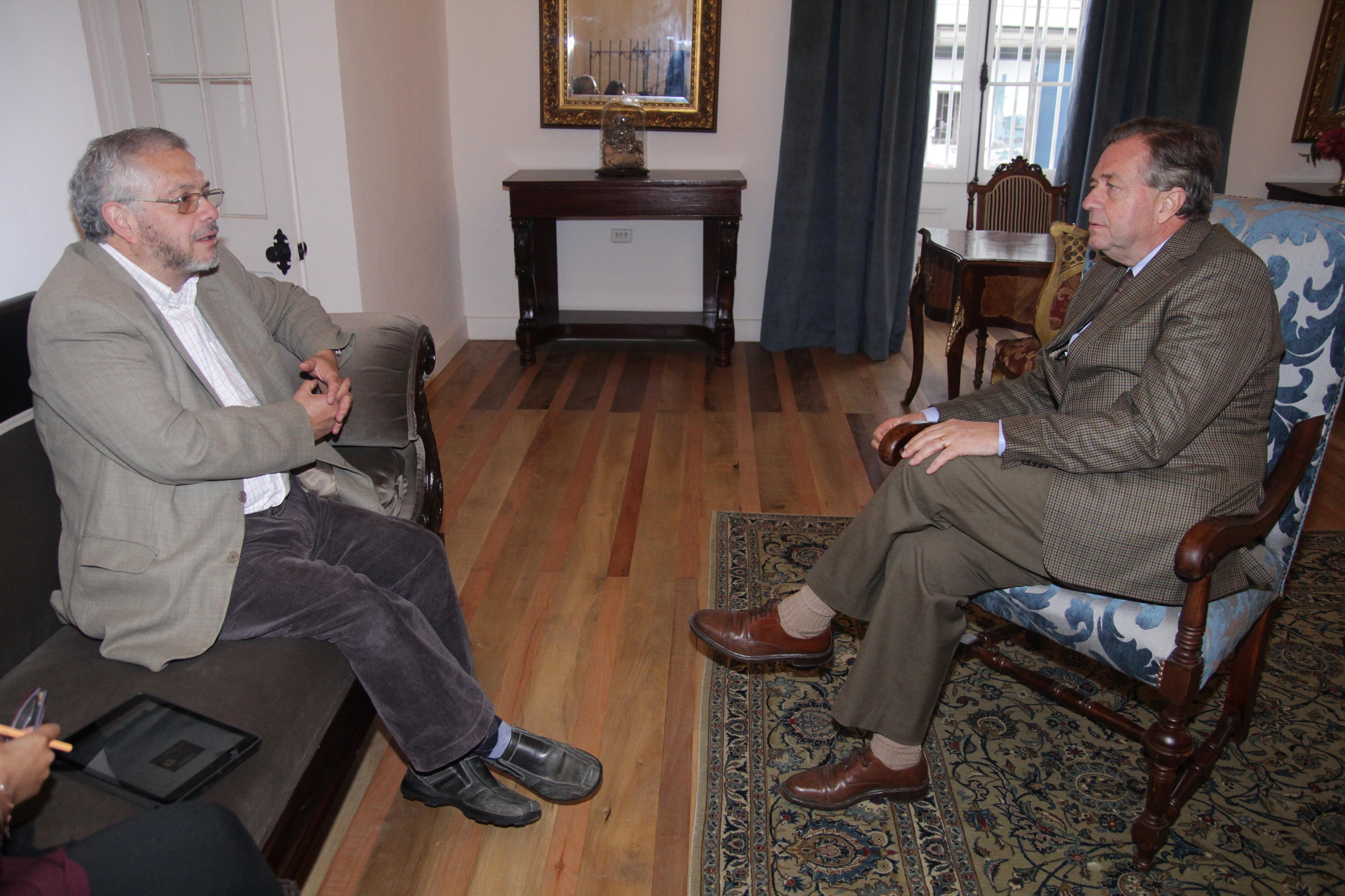 El rector de la U regional Rafael Correa junto al director del diario El Rancagüino Alejandro González.