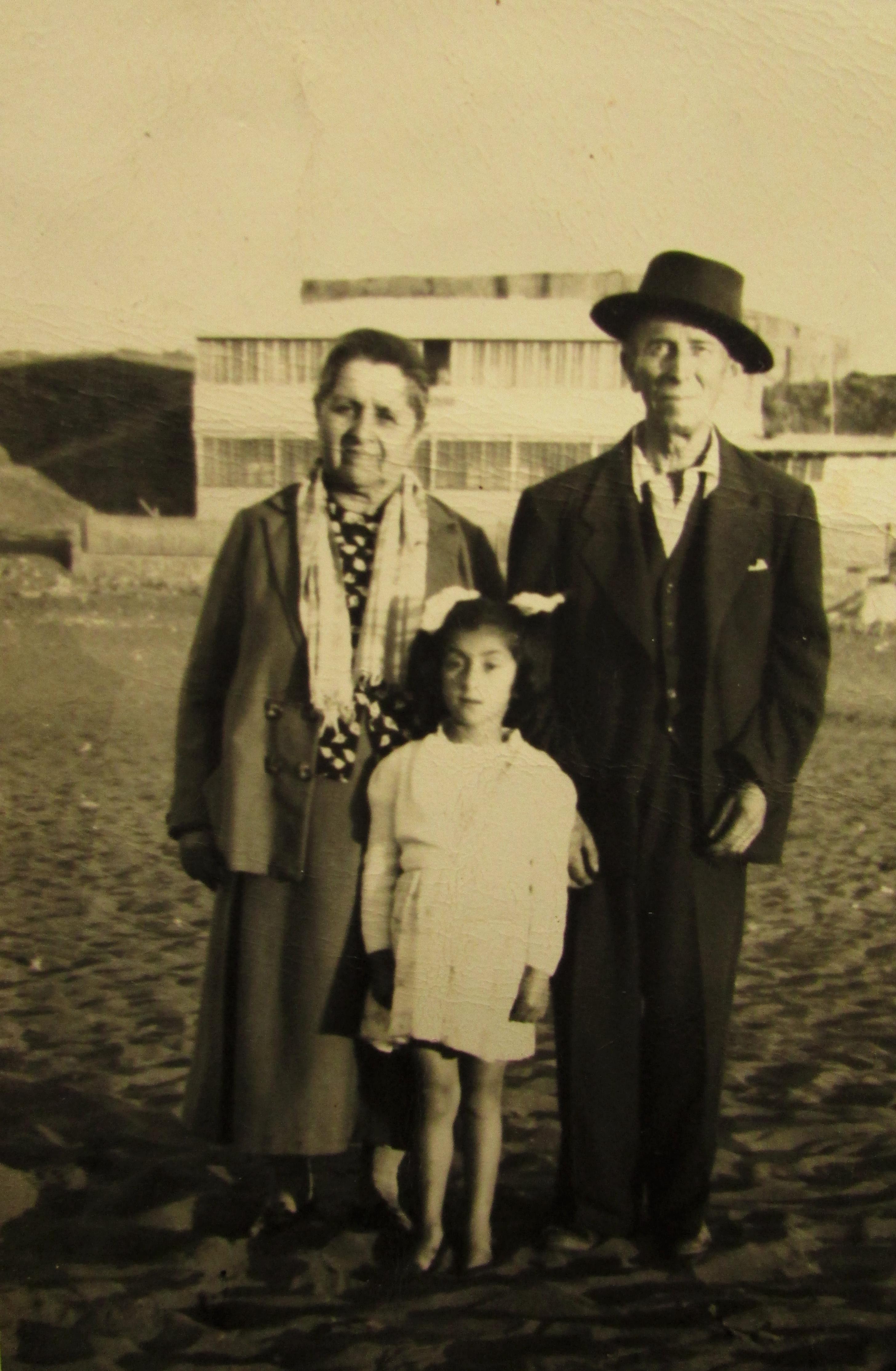 La primera foto aparecen mis bisabuelos María Tobar de Toro con su marido Eloy Toro y su nieta María Toro en Pichilemu es de principio de los años 50. Por:   Constanza del Pilar Toro Espinoza.