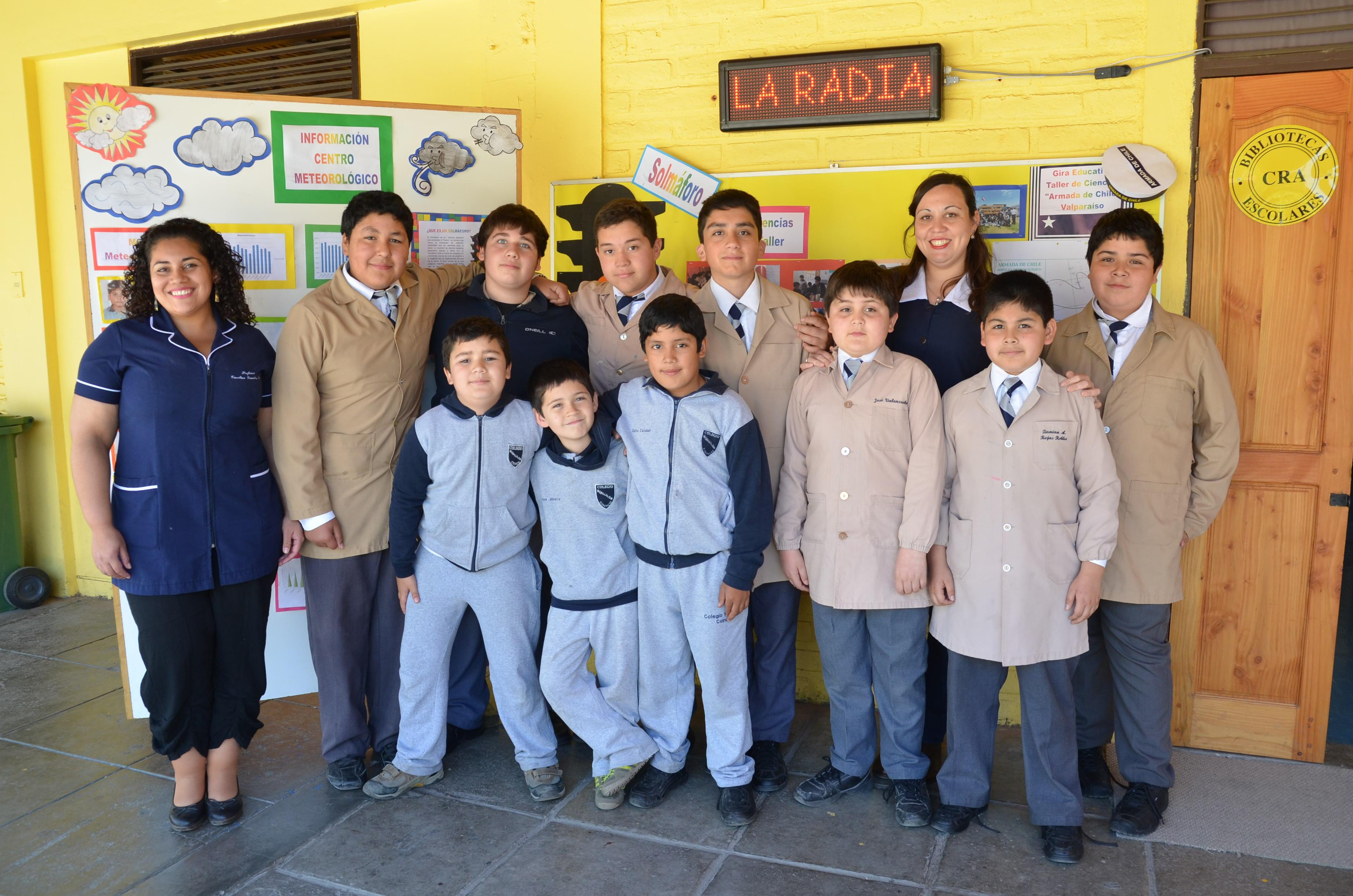 Los alumnos que integran el taller de ciencias junto a las profesoras a cargo, María José Rojas y Carolina González.
