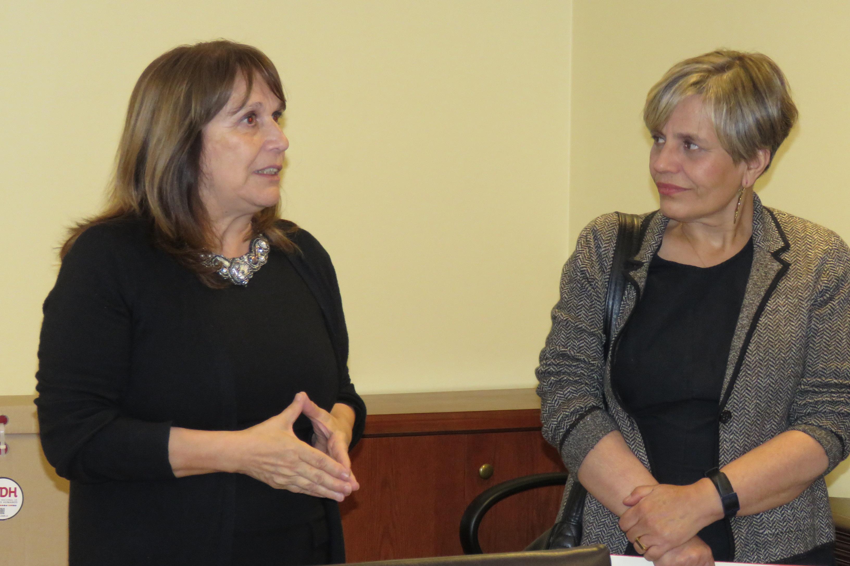 La Presidenta de la Corte de Apelaciones (izquierda) junto a la directora del INHD.