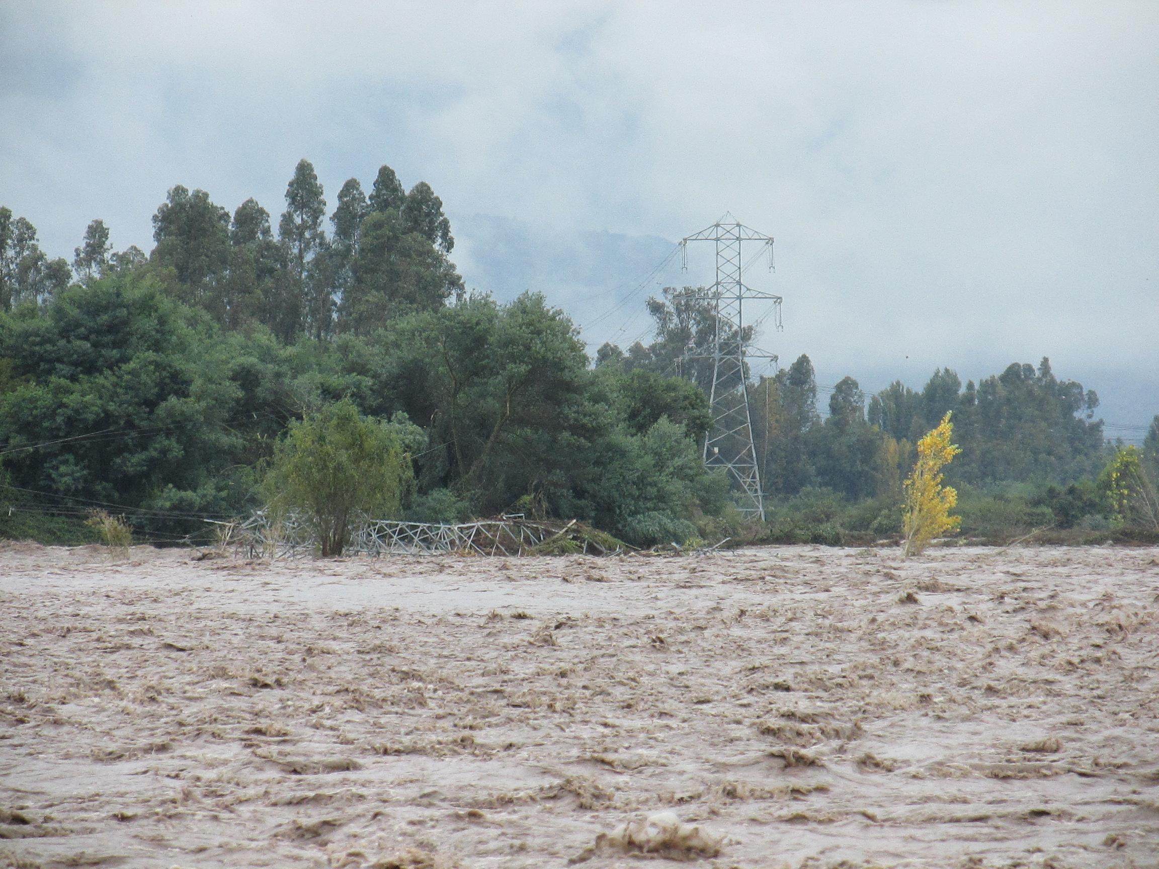 Foto torre de energía caída.