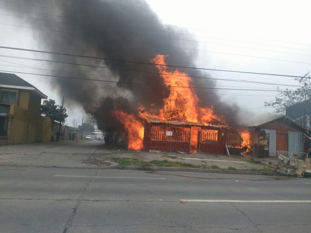 Rancagua: Cien bomberos combatieron incendio en av Recreo