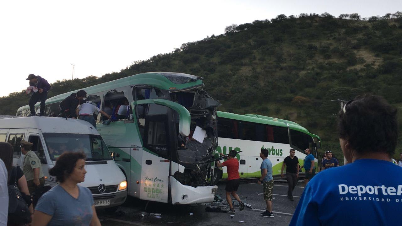 Tres personas resultaron fallecidas en colisión de dos buses en Ruta 5